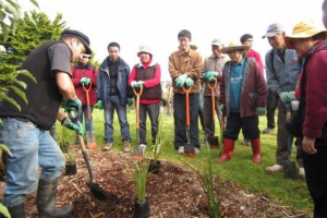 a-planting-demonstration-watched-eagerly-by-members-from-the-chinese-conservation-education-trust-june-2012