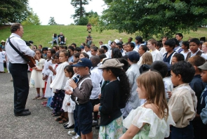 henderson-primary-school-singing-their-school-song-led-by-assistant-principal-russell-french